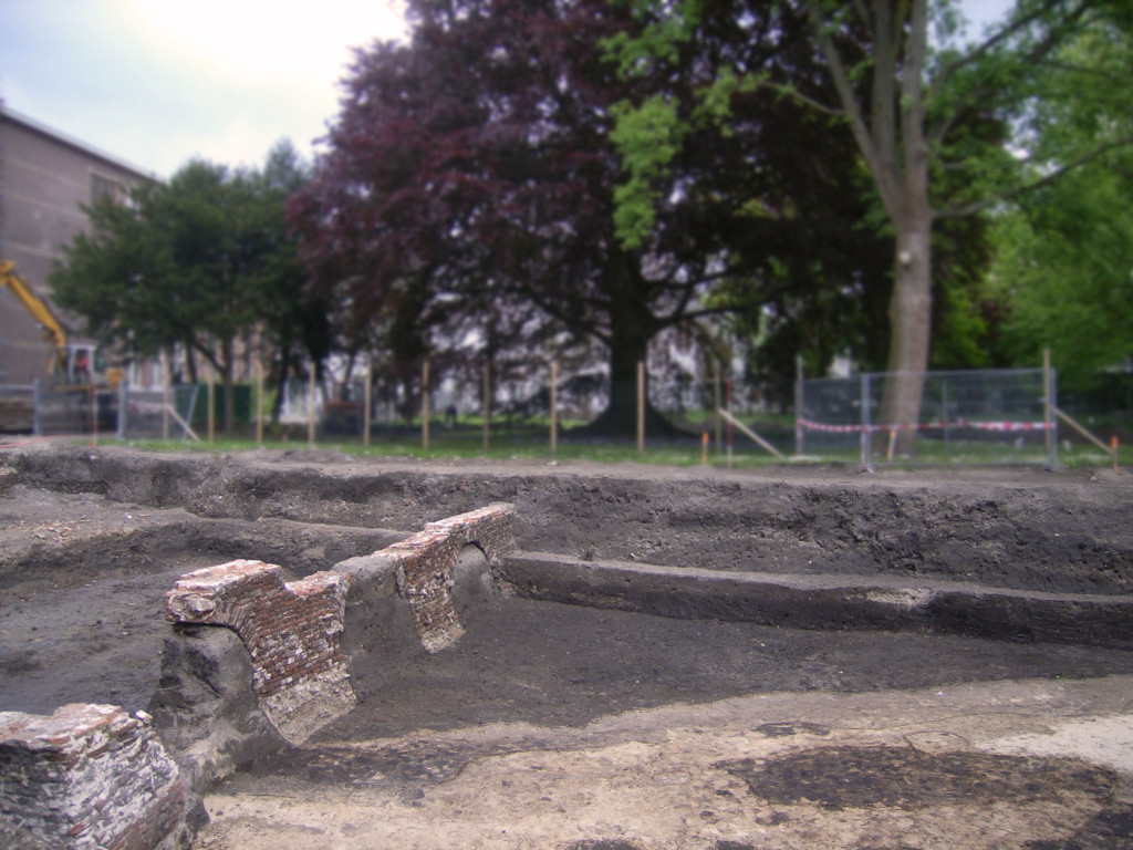 Opgravingsput met funderingen van de muren rond de kloostertuin (Hortus Collegii).