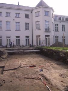 Een van de opgravingsputten achter het Noordbrabants museum met resten bestrating van het Jezuïetencollege